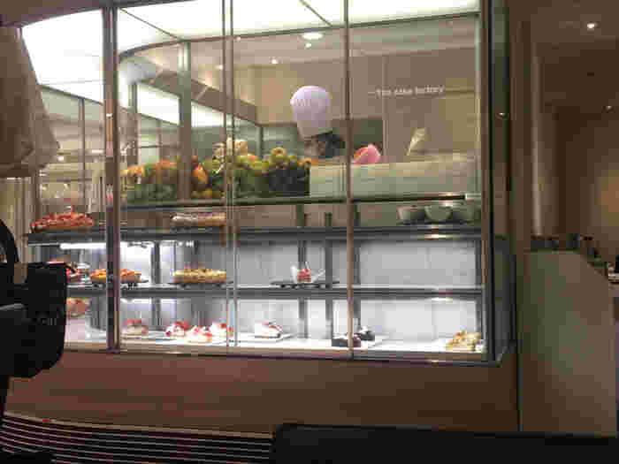 「東武百貨店池袋店」は、池袋駅西口のほうの、駅直結のデパート(その逆として、下でご紹介する西武池袋本店は、池袋駅東口のほうの、池袋駅直結のデパート)です。池袋東武としてお馴染みのこのデパートにも、ケーキで人気のお店がはいっています。  それがこちらの、「カフェコムサ」。COMME CA DU MODE(コムサ・デ・モード)、COMME CA ISM(コムサイズム)などで知られるアパレルを手掛ける会社が運営するカフェで、ショーケースには、いつもフルーツをたっぷり使ったケーキがずらり。