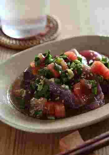 旨味たっぷりで爽やかなニラとトマトのタレをかけたカツオのお刺身。ご飯も進みます。トマトの種を取って、水っぽくしない工夫もポイント。このタレは、冷しゃぶやから揚げにも合うようです。