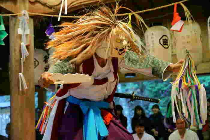 ちなみに秋には、五穀豊穣に感謝する秋祭りとして、「津野山神楽」が奉納されます。一千百余年の歴史をもつ津野山神楽は国の重要文化財にも指定されており、18節の舞のすべてを納めるには約8時間を要します。  軽快な音楽とダイナミックな動きが見事に融合した勇壮な舞は素朴で、県外からも多くの観光客が神楽を見に訪れます。