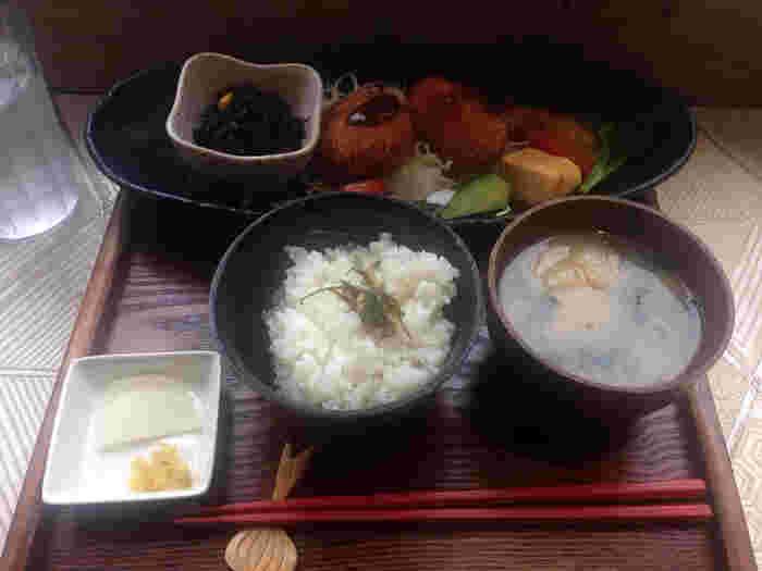 京都のおばんざいをいただけるメニューは女性に大人気。ソファ席もあり、ゆったりとして落ち着ける店内なので、お子様連れでも一人で訪れても。