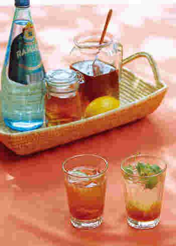 レモンを加えて作るジンジャーシロップを、紅茶やソーダで割って楽しみます。生姜の風味はレモンと紅茶のどちらともよく合うので、納得の組み合わせ。おもてなしのドリンクにも喜ばれそうです。