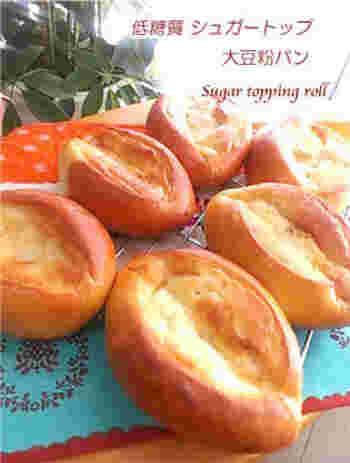 大豆粉パンの素朴な味わいに、低糖質なトッピングシュガーをのせて焼いた甘いパンです。