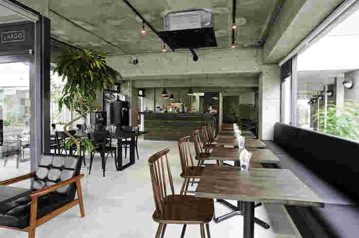 安藤ストリートにある、コンクリート打ちっぱなしのおしゃれなカフェ。広々していてソファ席もあり、子連れにもおすすめです。テラス席ではペットも同伴できます。