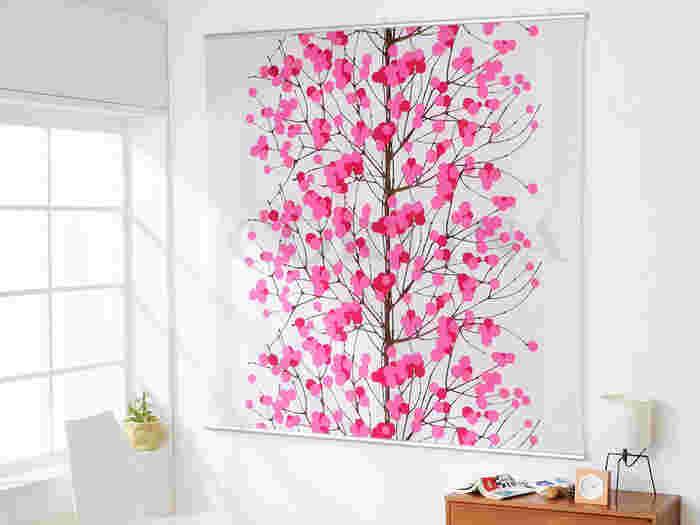 壁にポスターやウォールステッカーを飾るだけで、お部屋はぐっとおしゃれに見えます。インテリアのテイストが決まっているなら、それに合わせて壁を飾るとよりコーディネートにまとまりが生まれます。そこで、賃貸で壁を極力傷つけずに飾る方法と実例をご紹介していきます!