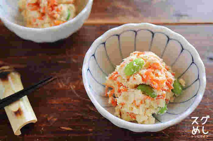 生おから、枝豆、人参で作る彩りも良いヘルシーなサラダ。生おからの水分をとばすため、電子レンジに入れる際にラップをせずに加熱できるのも、一手間省けて◎。
