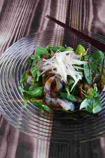 ちょっと贅沢に真鯛を使ったカルパッチョサラダはいかがでしょう!生姜がきいた胡麻しょう油だれが食欲をそそる美味しさです!
