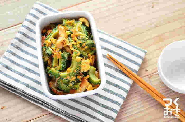 お肉もお豆腐もない!そんな時でもささっと作れる、簡単チャンプルーレシピです。夏場はどうしても食べ物が傷みやすい時季。代わりにちくわを使うことで、お弁当に入れやすいおかずになります。ゴーヤの緑が綺麗で、彩りとしても活躍してくれますよ!