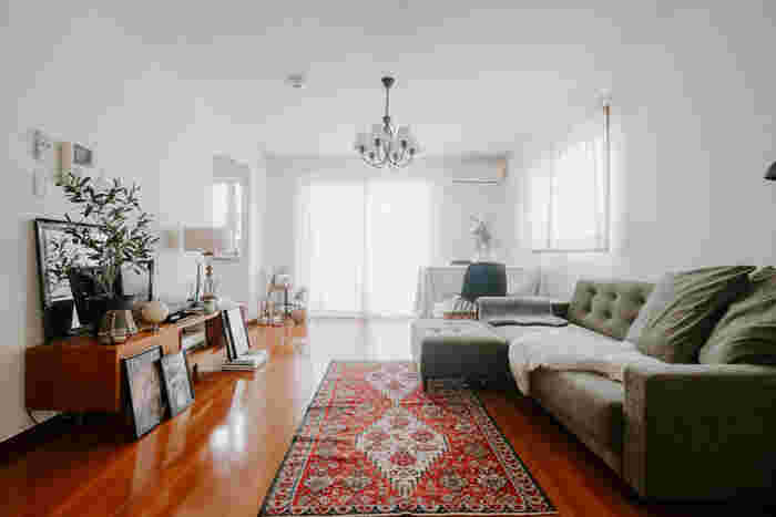 窓際の角にダイニングテーブルを配置。2面の窓から明るい光が差し込みます。テーブルには無地の白いテーブルクロスをかけることでスッキリとした印象に。グリーンや花を飾って癒しの空間となっています。絶妙なカラーバランスがステキなお部屋です。