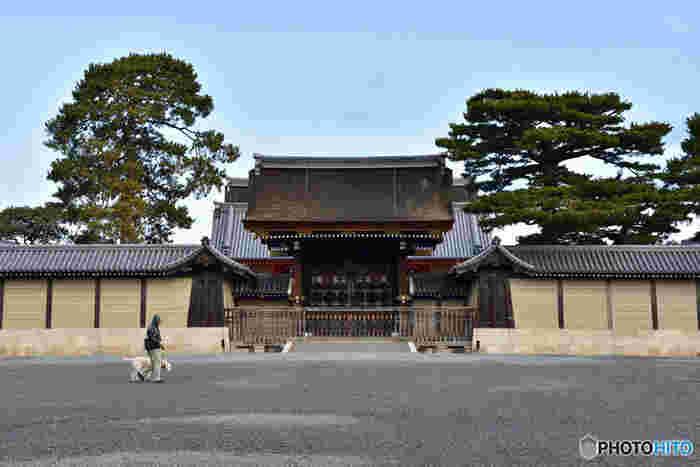 平安時代から江戸時代まで天皇が住み、敷地内に皇族や公家の屋敷がありましたが、明治天皇が東京へ遷都。その後、敷地内を整備し御所を囲む東西約700m南北約1300mの広大な緑溢れる公園、京都御苑として一般に公開されています。