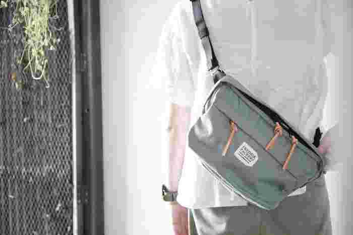 日常に馴染みやすいデザインにこだわるバッグプランドの「FREDRIK PACKERS(フレドリック パッカーズ)」。 独特の風合いを持つUSA製の生地を採用し、雨にも強く耐久性の高いバッグを作り上げました。ユニセックスなデザインなので、男女を問わずに使えるアイテムです。