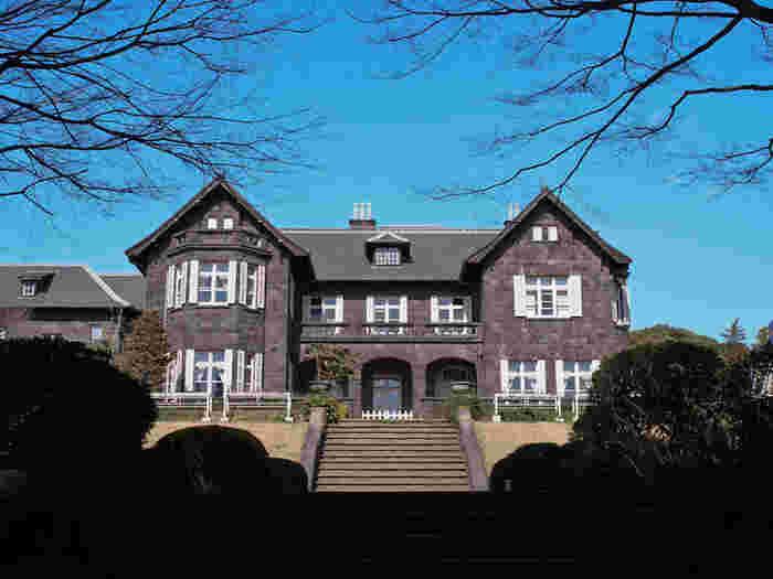 旧古河庭園は、ジョサイア・コンドル作の美しい洋館と西洋庭園が非常に見事で、見どころの多いスポットです。JR京浜東北線の上中里駅から徒歩7分ほどの距離にあります。関東大震災ではなんと2,000人もの避難者を収容したそうです。