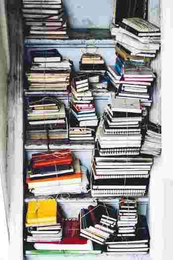 本が入るだけ、隙間にめいいっぱい本を収納していませんか?そうすると、いざ読みたい本を取り出したい時に、お目当ての本を探すのに一苦労…。そうならない為にも、まずは、いる本、いらない本の分別をしましょう。 そして、必要の無い本は、思い切って断捨離してみませんか!