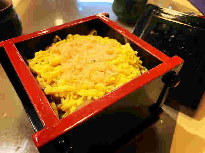 きざみ込んだかんぴょうを混ぜたすし飯の上に、 焼き穴子、椎茸、錦糸玉子、小海老のそぼろをのせて蒸した 「せいろ寿司」。創業当時から受け継がれている秘伝の味をじっくり味わいましょう。