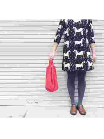 柄がかわいいmarimekko(マリメッコ)のワンピースに同系色のタイツを合わせて。足元はNAOTのIRIS。スカートパンツ選ばずに使えて大活躍間違いなしのアイテムです。