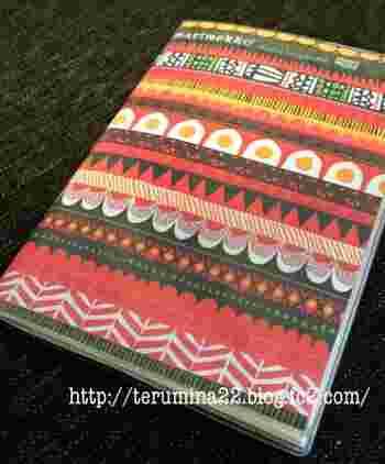マリメッコ柄をカラープリントした紙を挟んでオリジナル手帳にアレンジ。表紙をお気に入りのものにすると、気分も上がりますね♪