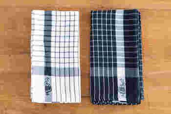 スカートをひらりとさせたイヤマちゃんがちょこんと織り込まれているキッチンタオル。中央にはタグループが縫い付けられているので、タオルを使った後はサッとかけておけるので便利です。コットン100%なので吸水性も◎