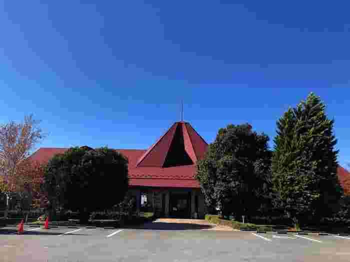勝沼町の高台にある「レストラン シャンモリ」は、シャンモリワイナリー併設のレストランです。赤い屋根が目印で、120席と広いのでゆったりとお食事を楽しめます。