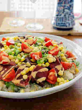 こちらはカツオをメインに、プチトマト・きゅうり・コーンなどの夏野菜を乗せたちらし寿司。マヨネーズとポン酢を混ぜたソースをかけて、サラダのように頂きます。彩りがきれいでヘルシーな感じがしますね!