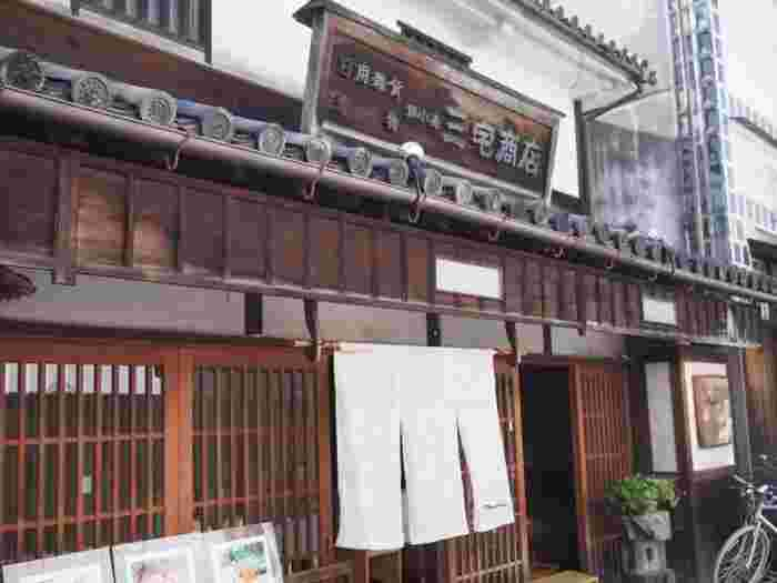 """さらに、人気を高めているのが、江戸期から大正期に建てられた蔵や町家を改装したカフェやレストランといった飲食店。どの店も、倉敷に根付いた""""美観""""を大切にしながら、古い建物をよく保存し、内部の設えにも工夫を凝らして、心地良い""""暮らし""""のあり方を体現し、訪れる多くの人々を憩わせています。"""