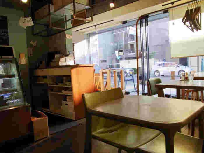 外の光が差し込む心地良い落ち着いた雰囲気の店内。雑誌や書籍も置かれているので、のんびり過ごせそうです。
