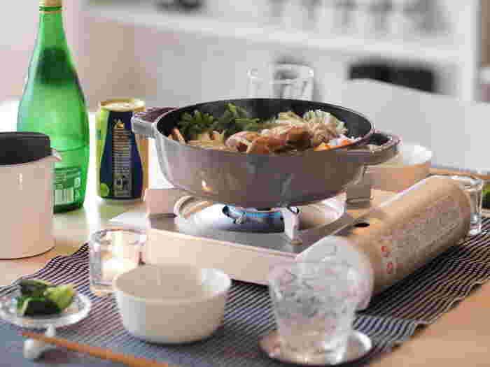 すき焼き用の鍋ではありませんが、すき焼きをいただく際にピッタリの、ストウブ の「 ブレイザー ソテーパン 」 。浅めの鍋とドーム型のフタの「システラドロップ構造」により、食材から出た水分をキャッチし、食材に投げ返してくれるので、料理が美味しく仕上がります。