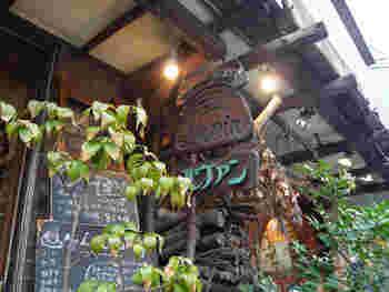 1989年創業の「Levain(ルヴァン 富ヶ谷店 )」は、自家製酵母パンの草分け的存在のパン屋さん。代々木公園から井の頭通りを歩いて10分ほどのところにあり、レトロな外観が特徴的です。