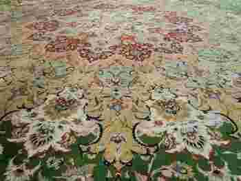 上にばかり気を取られてはいけません、足元にはこの世界一の長さを誇るペルシア絨毯が敷き詰められています。中には裸足で入るきまりがあるので、フカフカとして気持ちがいいですよ。