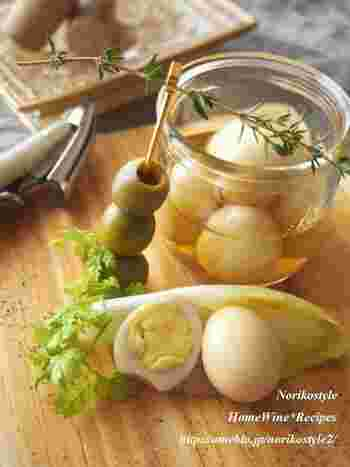 洋風だとピクルスにするのもおすすめ。こちらもうずらの卵の水煮を使って手軽にできるレシピです。オリーブと合わせたおしゃれおつまみのほか、刻んでマヨネーズと合わせてもおいしいのだそう。サンドイッチなどにもよく合いそうですね♪