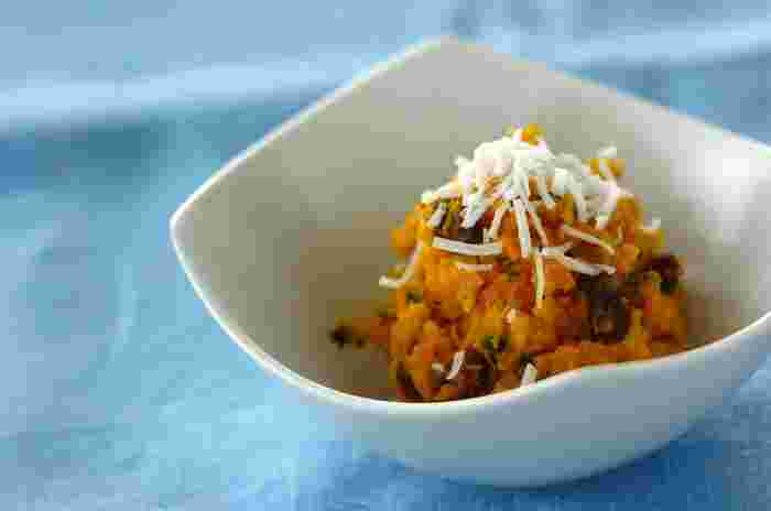 カレーパウダーが隠し味のこちらのかぼちゃサラダ。甘くなりがちな味が引き締まり、風味豊かに仕上がります。