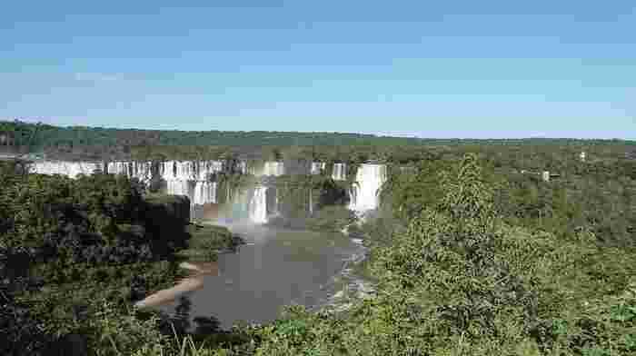 南米のアルゼンチンとブラジルにまたがる世界最大の瀑布、「イグアスの滝」は大小300以上もの滝の集合体で全長4.5キロメートルに及びます。