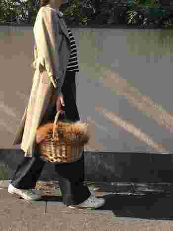 ボーダーカットソーの上にトレンチコートを羽織れば、それだけでパリジェンヌ風に♪ボーダーはインナーとしてもとっても優秀なアイテムです!ボトムスにはワイドパンツを合わせてカジュアルダウンさせることで、こなれ感がプラスされます。