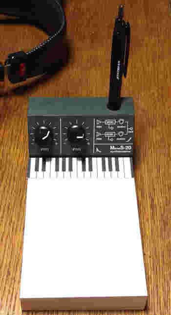 """シンセサイザーをイメージしたメモ帳は、音楽好きの方におすすめ。""""ツマミ""""がプッシュピンになっていて、くるくる回すこともできますよ♪"""