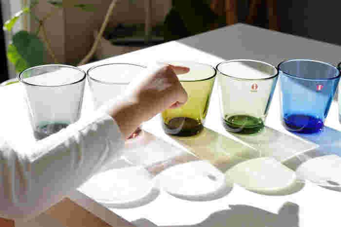 定番人気のグラスと言えばiittala(イッタラ)カルティオは外せません。ほどよく重みのある丈夫なグラスで手に馴染みやすい。北欧らしい落ち着いたカラー展開も魅力です。口に向かって広がったフォルムで、大きな氷がいれやすく飲みやすい仕様。アイスやヨーグルトなど盛り付けてもきれいです。