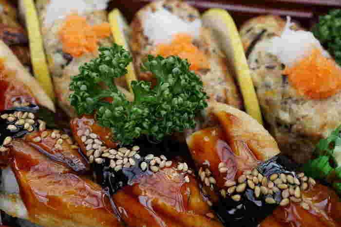 新鮮な魚のすり身に、刻んだ野菜とひじきをたっぷり入れて焼き上げた「青倉」の『さんが焼き』も人気です。 【「青倉」の人気弁当『煮アナゴとさんが焼きの握りずし』】