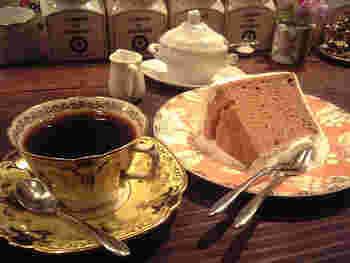 コーヒーの香りや味が素晴らしいのはもちろん、カップをお客さん一人ひとりに合わせて選んでくれるのも素敵です。ふわふわのシフォンケーキもぜひ一緒にどうぞ。