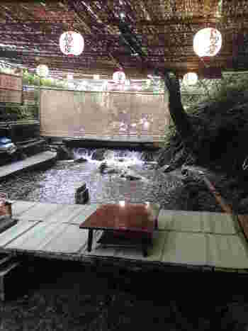 """『貴船茶屋』の川床は、全ての席から川面が見えるようになっています。これが、""""こぢんまり""""の人気の理由なんです。「どこに座っても、川に足浸けられるんやねぇ♪」"""