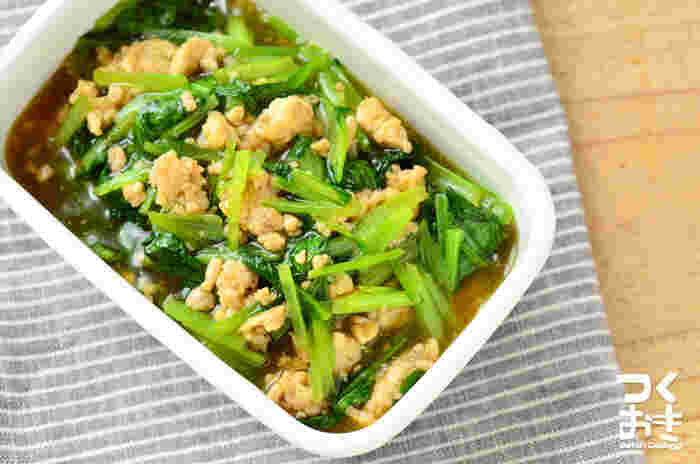 そぼろの優しい甘みが、小松菜とマッチ。小松菜は、堅い茎から炒めるのがポイント。麺にもご飯にも相性がいいので、お料理のレパートリーが広がりそう。