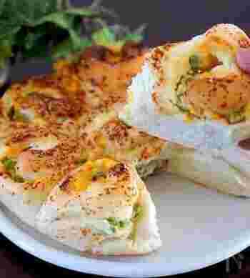 コーンの黄色と枝豆のグリーンのトッピングが美しいちぎりパン。大人も子どもも大好きな明太チーズ味でそのままでおいしい。
