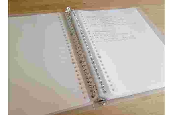レシピをノートに書き写してカットし、はがせる両面テープでノートに貼り、『リフィールクリアポケット』に。カテゴリー名を記入したインデックスシールによって、すぐにレシピへ飛んでいけます。