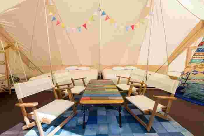 テントの中にはベッドやソファ、冷蔵庫なども完備されていることが多く、子どもと一緒のキャンプでも安心して快適に過ごすことができます。テントの中にホテルのお部屋があるというイメージですね。