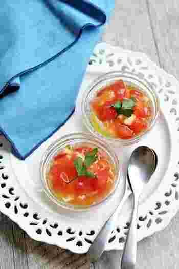 イタリアン風のおしゃれな冷や奴レシピ。絹ごし豆腐にコンソメをベースにしたトマトのあんかけをかけて、見た目も味わいもさわやかな一品のできあがり。仕上げにハーブなどをトッピングすると、彩りがアップします。