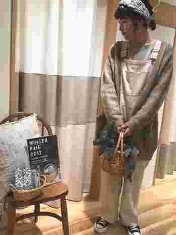 コージーなベージュ系のサロペットは、ゆるめの羽織りでその空気感を後押し。メランジグレーのターバンやかごバッグで、ナチュラルガールを演出して。