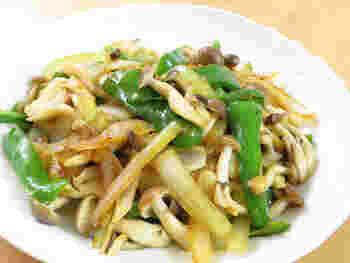 パパっと炒めるだけでできる簡単レシピ。玉ねぎの甘み、ピーマンの苦味、しめじのうまみがそれぞれ感じられます。生姜醤油の味がアクセントに。