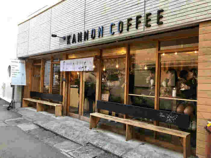 鎌倉駅から長谷寺に向かう由比ヶ浜通り。最近では続々と新店舗もオープンし、コーヒー激戦地になってきています。そんな由比ヶ浜通り、長谷寺入り口近くに位置する「KANNON COFFEE」は古民家風の木枠窓が粋でおしゃれですね。