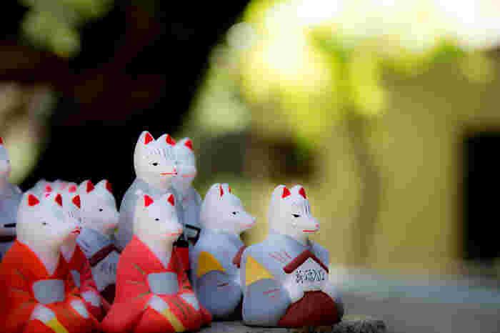 裏参道には縁結びの「荒木神社」も。分かりにくい場所にありますが、ぜひ参拝してみてくださいね。 写真は「口入稲荷人形」。夫婦の狐と提灯を下げた伴(とも)の3体セット。良縁が叶ったら、再び参詣し奉納します。
