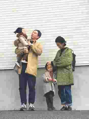 トレンドのライナーコート&ゆるめのデニムスタイル。リュックで両手が空くので子どもの世話も楽ちん。靴をローファーにすればお出かけにも使えますね。