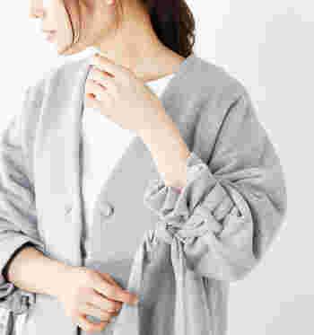 さらりと羽織るだけでしっかりきれいめに見えて、ほどよいリラックス感もあります。この冬注目のノーカラーコートとともに、女性らしく、魅力的に着こなすためのコーデ術をご紹介します。