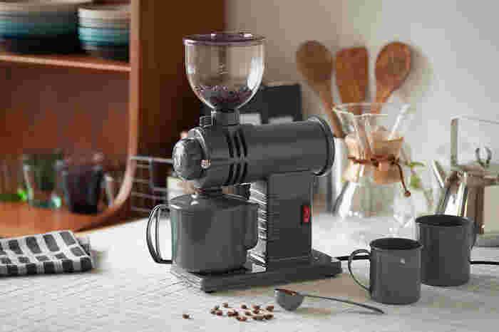 電動式で本格的ながら、コンパクトなコーヒーミル。その理由はコーヒー機器の専門メーカーが家庭用に作ったものだから。家庭で専門店の味が再現できます。