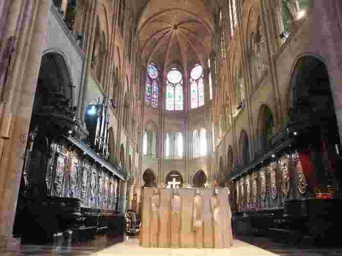 大聖堂の建築が最初に着工されたのが12世紀。それから約200年もの歳月をかけて完成されたものの、18世紀にはフランス革命によって廃墟同然に。その後19世紀に入ってから修復されて現在に至るのですが、20世紀になってから地下に駐車場を作ろうとしたら地下遺跡が発見されたそうです。そこに眠っていたのは、紀元前1世紀に築かれた古代ローマの暮らし! 知れば知るほどドラマチックな場所ですね。  そんな歴史を物語る地下遺跡や宝物館も有料で内覧できます。