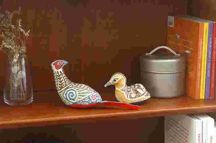 木版手染と言う技法で作られたぬいぐるみは、民芸風のテイストですが和室にも洋室にも似合います。コロンと置いて飾る雉や子鴨など、一つでも二つでも表情豊かです。